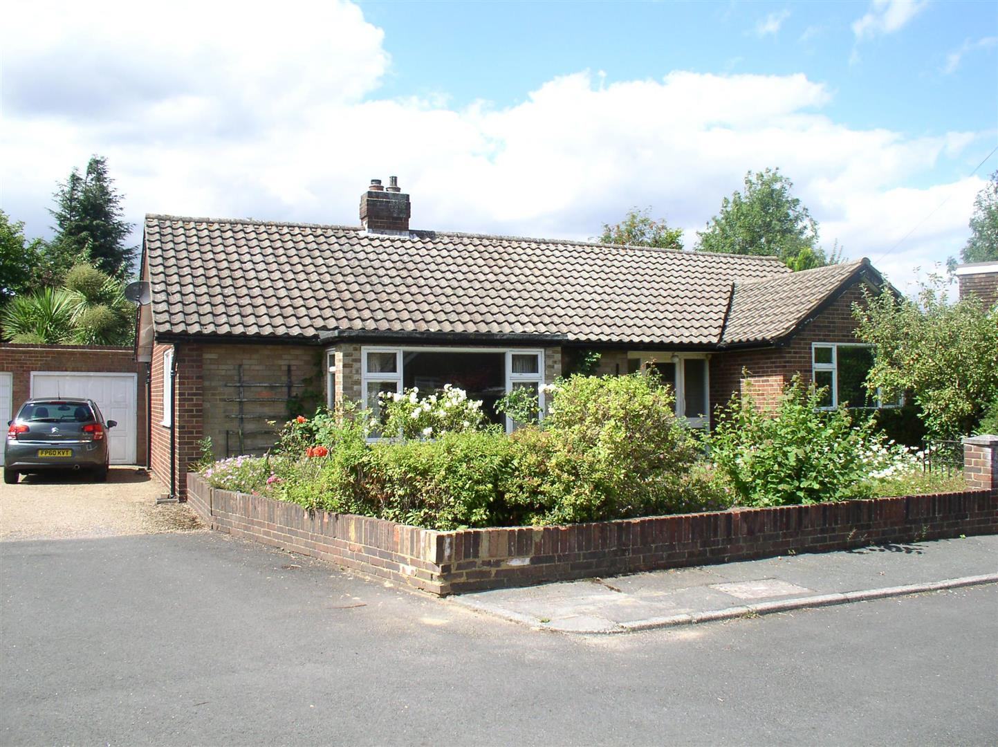 2 Bedrooms Detached Bungalow for sale in Crutchfield Lane, Walton-On-Thames